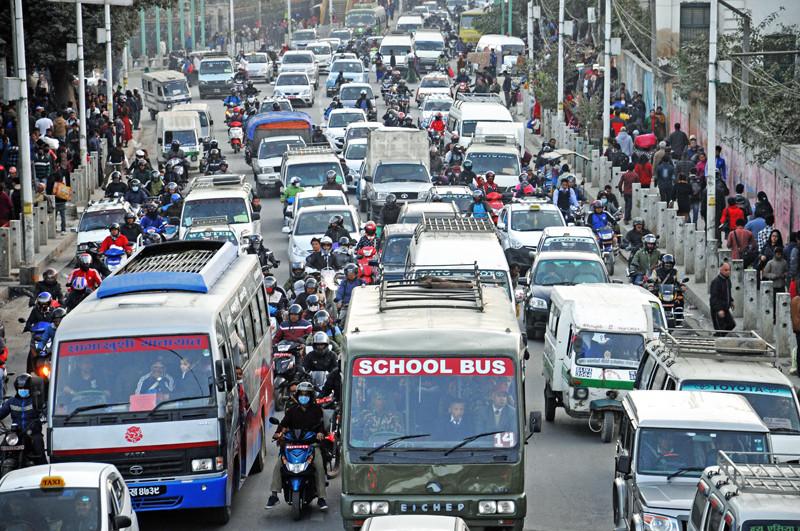 सार्वजनिक यातयात बन्द हुँदा कोरोना कसरी फैलियो ?  निजि सवारीलाई यात्रु बोक्न कसले दियो ?
